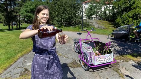 Riikka Kuoppala työllistää itsensä tänä kesänä Vegan & Legal -pyöräkahvilalla, josta saa nimensä mukaisesti vegaanista purtavaa ja ilmaisia lakineuvoja.