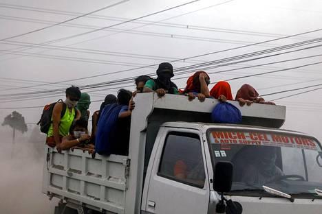 Ihmisiä pakenemassa Agoncillosta, Batangasista.