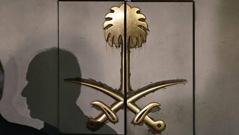 Miehen varjo heijastui Saudi-Arabian konsulaatin oveen Istanbulissa 12. lokakuuta.