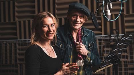 Minka ja Dannya esittänyt Ilkka Heiskanen lauloivat yhdessä osan kuunnelman kappaleista.