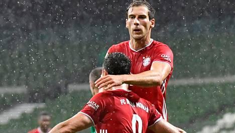 Robert Lewandowski ja Leon Goretzka juhlivat ottelun voittomaalia sateisella Weserstadionilla.