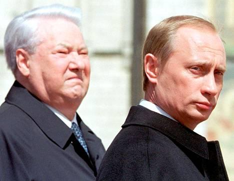 Vladimir Putin (oik.) aloitti presidenttinä vuonna 2000. Kuvassa vasemmalla hänen edeltäjänsä Boris Jeltsin.
