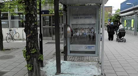 Ikkunalaseja on rikottu ympäri Husbytä.