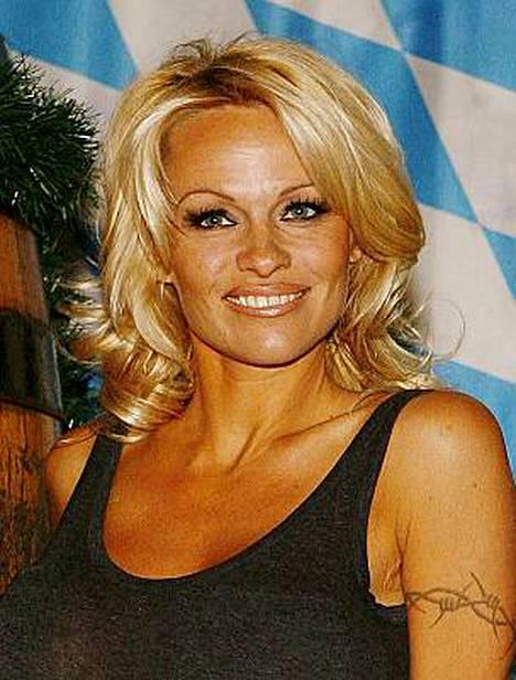 Pamela Anderson suuteli itseään 14 vuotta nuorempaa akrobaattia uudenvuodenyönä.