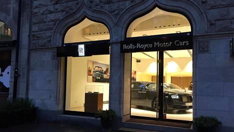 Tukholmalaisella luksusalueella sijaitsevaan Rolls-Royce -myymälään ei astuta noin vain, eikä siihen ole tarvettakaan. Vuosittain liike myy muutamia kymmeniä Rollseja. Koska kyse on Ruotsista, kuuluu asiakkaiden tyypillisimpiin kysymyksiin tietysti se, voiko Rolls-Roycen tilata ilman Sprit of Ecstasyksi nimettyä siivekästä keulakoristetta tai saako sen ainakin tarvittaessa piiloon. Vastaus molempiin kysymyksiin on luonnollisesti kyllä.