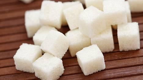 WHO:n suosittelee nauttimaan päivittäin korkeintaan kuusi teelusikallista sokeria.