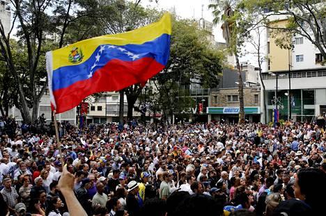 Ihmisiä tapahtumassa, jonka yhteydessä Juan Guaido puhui.