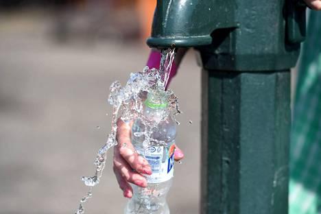Helteellä päivittäinen vedentarve voi olla kolme litraa.