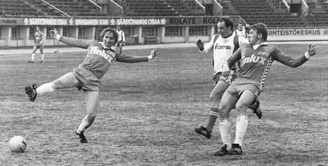 Leo Houtsonen (vas.) ja Atik Ismail (kesk.) HJK–OPS -ottelussa vuonna 1979.