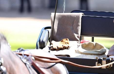 Prinssin henkilökohtaiset valjakkoajovälineet olivat nähtävillä hautajaisissa.