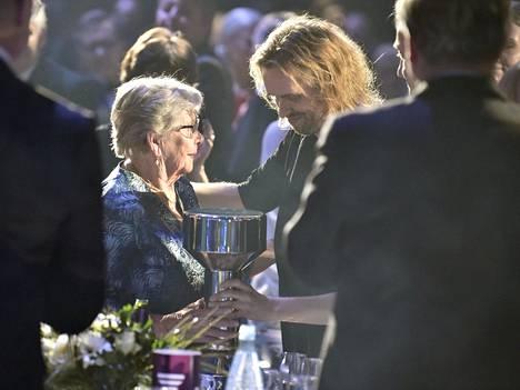 Vieno Nykänen kävi vastaanottamassa Nykäselle myönnetyn Hall of Fame -pokaalin Urheilugaalassa tammikuussa.
