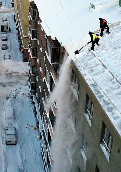 Lunta pudotetaan kerrostalon katolta torstaina Eteläisellä Hesperiankadulla Helsingissä.