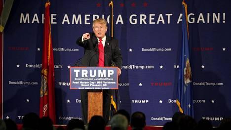 Donald Trump puhui maanantaina toisen maailmansodan aikaisella lentotukialus USS Yorktownilla.