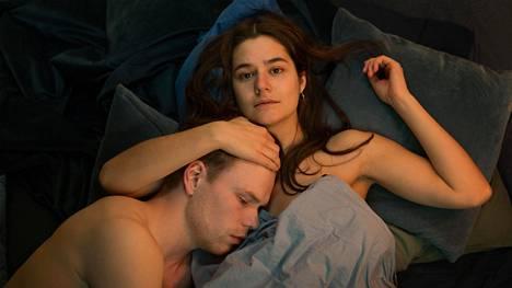 Tanskalaisessa nuorten draamasarjassa Sex päähenkilö Catherine yllättyy omista tunteistaan.