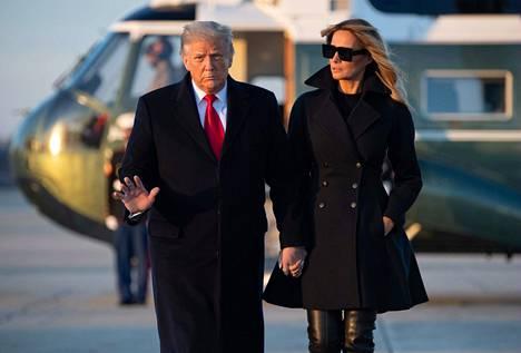 Yhdysvaltain presidenttipari Donald ja Melania Trump kuvattiin joulun alla heidän saapuessaan Floridaan pyhien ajaksi.