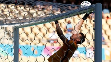 Slovakian maalivahti Martin Dubravka onnistui kauhomaan pallon omaan maaliinsa keskiviikon ottelussa Espanjaa vastaan.