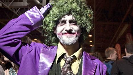 Näyttelijä Tom Felton eli Harry Potter -elokuvien Draco Malfoy etsii dokumentissa vastausta siihen, mikä saa fanit kiinnostumaan julkkiksista. Tässä hän on pukeutunut Batman-elokuvista ja -sarjakuvista tutuksi Jokeriksi.