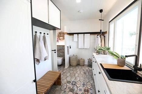 Luonnon värit toistuvat kylpyhuoneiden sisustuksessa.