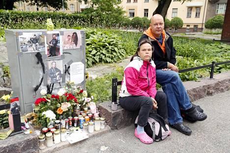 Anu Kattelus ja Mika Helin tunsivat Arskan pitkältä ajalta. Ystävykset vahtivat muistopaikkaa.
