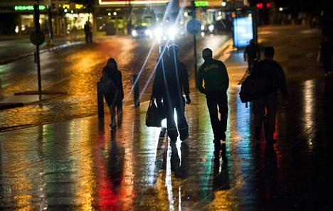 Helsingin ydinkeskustassa ja lähialueilla liikuskelee nuorten jengejä, jotka eivät kaihda koviakaan otteita. Kuvituskuva.