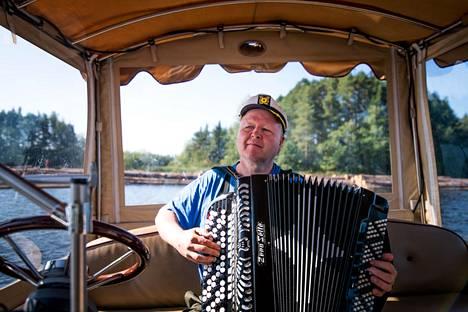 Arto Keinänen järjestää Ekopaatillaan norpparetkiä ja haitariristeilyjä Saimaalla.