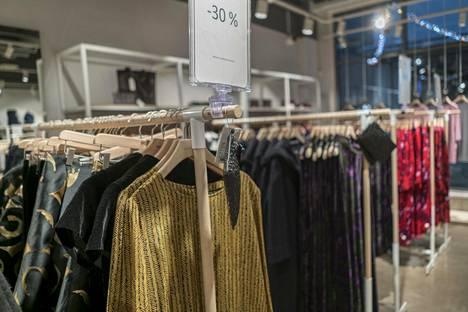 Vaatteita Helsinki Outlet -ostoskylän liikkeessä. Outleteissa tuotteet ovat pysyvästi 30-70 prosenttia normaalia halvempia.