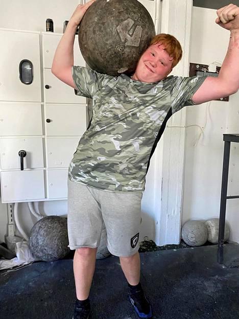 Kevyt kuin kivi. Sata kiloa olalla ja vielä hymyilyttää. Vasta 16-vuotias Jere Ilvonen on matkalla kohti Maailman Vahvin Mies -kilpailuja.