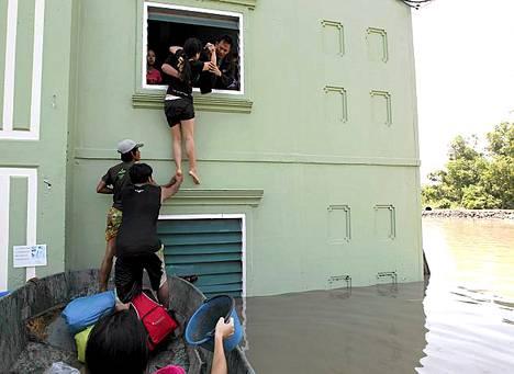 Pako tulvavesien saartamasta kodista.