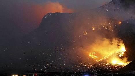 Metsäpalo valaisi vuorenrinteen Arizonassa.
