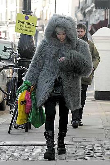 Bob Geldofin Pixie-tytär näyttää mallia, miten pakkaselta suojaudutaan.