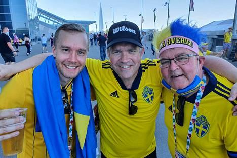 Patrik Lundmark, Lars Kristoffersson ja Anders Lenard valmistautumassa Ruotsin otteluun Pietarin stadionalueella.