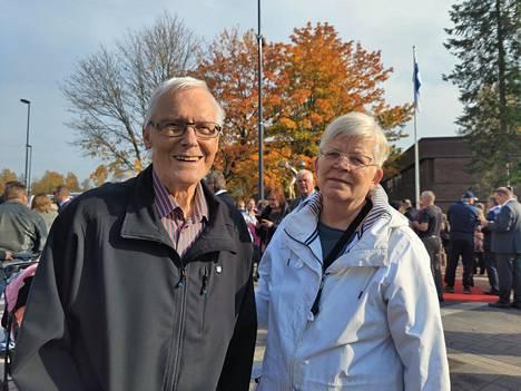 Esko Rautanen ja Sinikka Nevanpää nauttivat tilaisuudesta. Rautanen kertoi työskennelleensä armeijassa, kun Juha Mieto tuli kutsuntoihin.