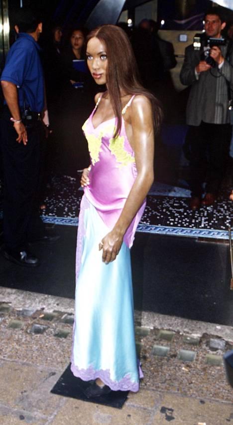 Kyseinen mekko päätyi jopa Naomin vahanukkeversion ylle Madame Tussauds'lle vuonna 1996.