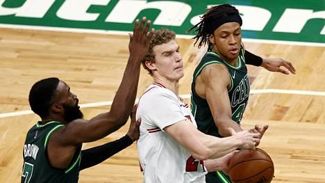 Celticsin Romeo Langford vei pallon Bullsin Lauri Markkasen näpeistä.