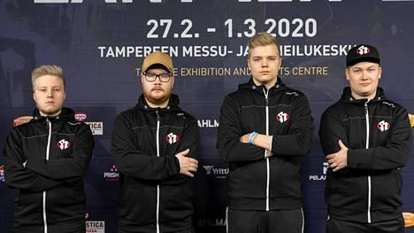 """PUBG-tiimin pelaajat vasemmalta katsottuna: Juho """"Jupezik"""" Lipponen, Teemu """"teme"""" Kokko, Miska """"Mise"""" Malkamäki ja Joona """"NOOKIE"""" Närvänen."""