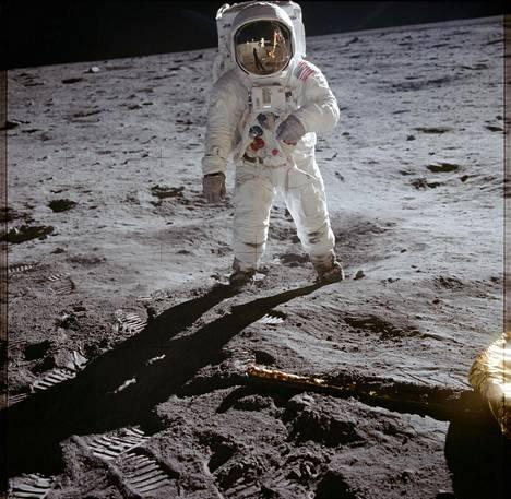 Armstrong heijastuu Aldrinin (kuvassa) avaruuskypärän visiiristä.