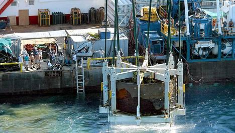 Merenpohjasta löydetyn USS Monitorin tykkitornia nostettiin merestä.