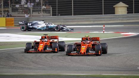 Leclerc (oik.) puski väkisin ohi Vettelistä kuudennen kierroksen ensimmäisessä mutkassa.