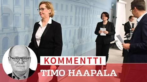 Työministeri Tuula Haatainen (vasemmalla) poistumassa perjantain tiedotustilaisuudesta.