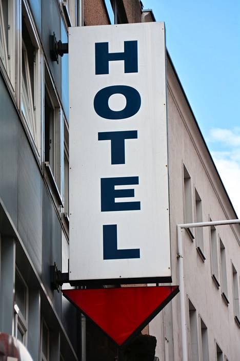 Hotellissa vieraileminen sallitaan useimmiten, ei kuitenkaan aina. Lue siis varausehdot ennen majoittumista.
