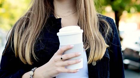Liian runsas kahvinjuonti voi johtaa kofeiinin liikasaantiin. Sen oireita ovat sydämentykytys ja hermostuneisuus.