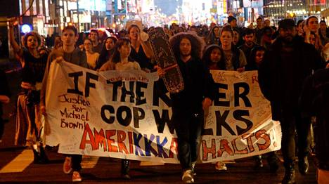 St. Louis: Suurimmat protestit Fergusonin ulkopuolella nousivat lähimmässä suurkaupungissa St. Louisissa.