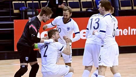 Panu Autio (polvillaan) teki ratkaisevan 3–1-maalin Belgiaa vastaan viime viikolla pelatussa EM-karsintaottelussa. Suomi selviytyi ensimmäistä kertaa futsalin EM-kilpailuihin.