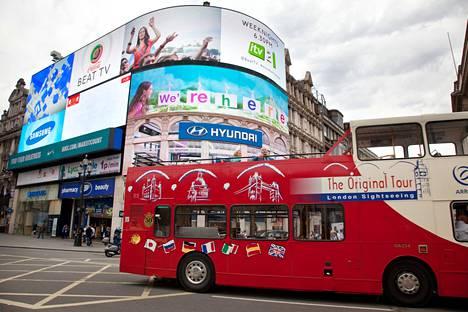 Turistibussi Piccadilly Circuksessa Lontoon keskustassa.