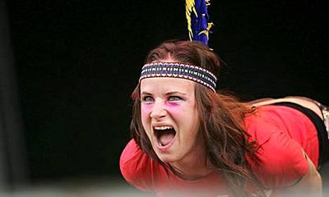 Juliette Lewis lavalla sulka päässä.