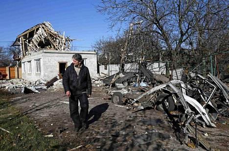 Mies käveli tuhojen keskellä Donetskissa 6. marraskuuta.