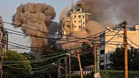 Al-Sharouk-tornitalo kuvattuna hetkeä ennen romahtamistaan viime viikon tiistaina.
