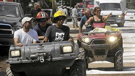 Paras kulkuneuvo. Pelastusmiehistöt ja tavalliset asukkaat kulkevat mönkijöillä tulvien vaivaamassa Prattsvillessa, New Yorkissa.