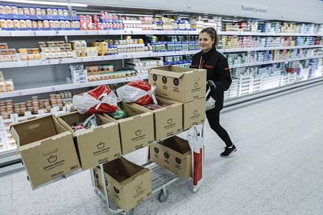 Yhden asiakkaan tavaroiden keruuseen kuluu noin 0,5–1 tuntia, ensi säilykkeet, sitten hevi-tuotteet, maidot ja viimeisenä pakasteet.
