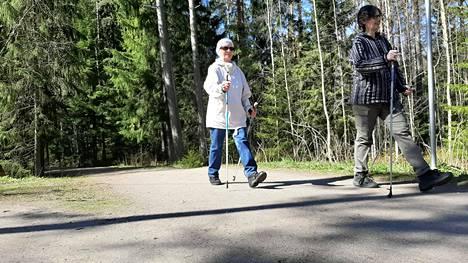 Maire Keränen ja Marta Schmidt retkeilevät Mustavuorella päivittäin.